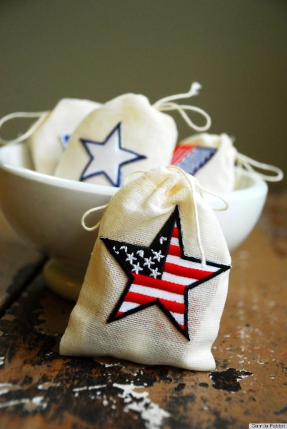 "<em>Photo by <a href=""http://cfabbridesigns.com/holidays/4th-of-july/patriotic-party-favor-bags/#.UcyIbKVAsu-"" target=""_hplin"