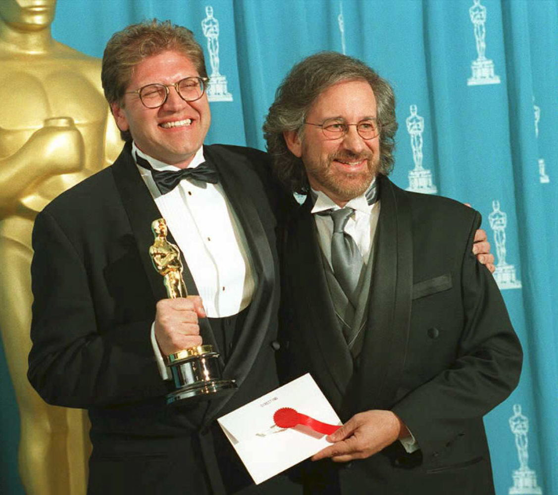 "LOS ANGELES, CA - MARCH 27:  Director Robert Zemeckis (L) holds the Oscar he won as best director for the film ""Forrest Gump"""