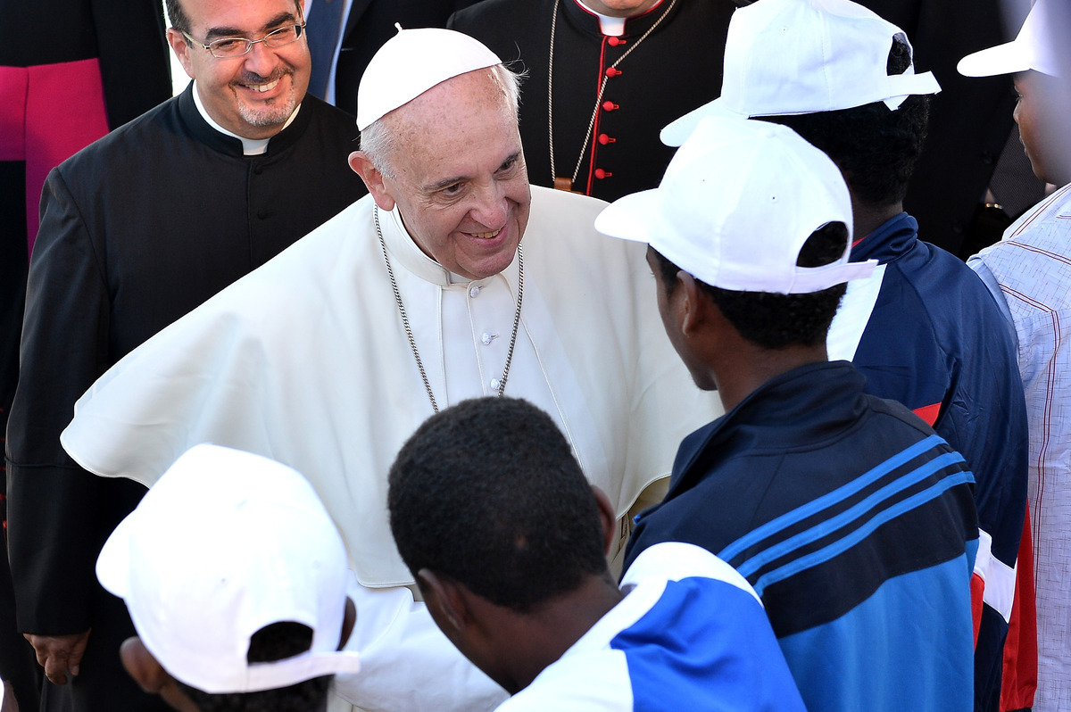 LAMPEDUSA, ITALY - JULY 08:  Pope Francis meets a group of immigrants at the pier of the island on July 8, 2013 in Lampedusa,
