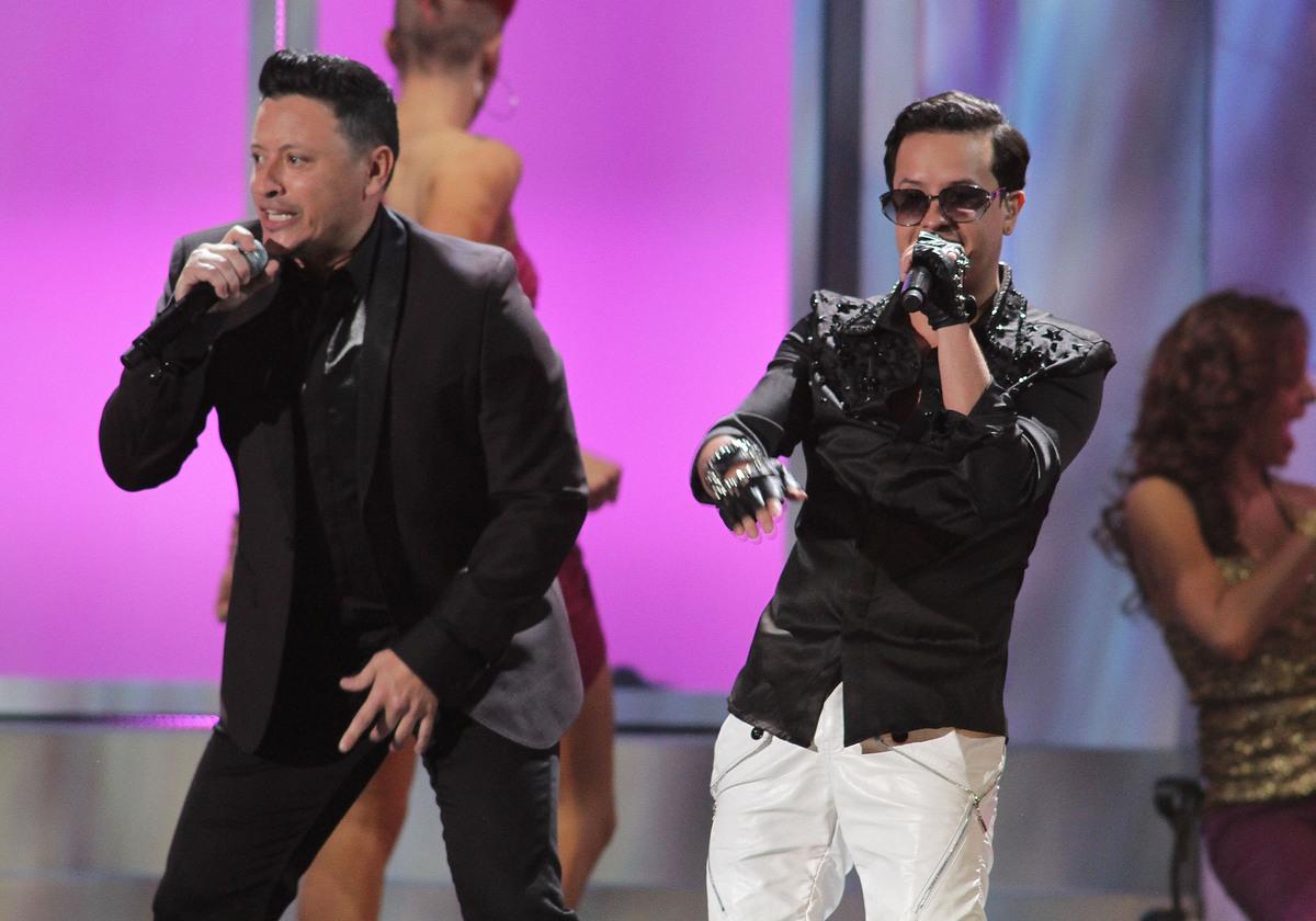MIAMI, FL - FEBRUARY 21:  Elvis Crespo and Fito Blanko perform onstage at the 25th Anniversary of Univision's 'Premio Lo Nues