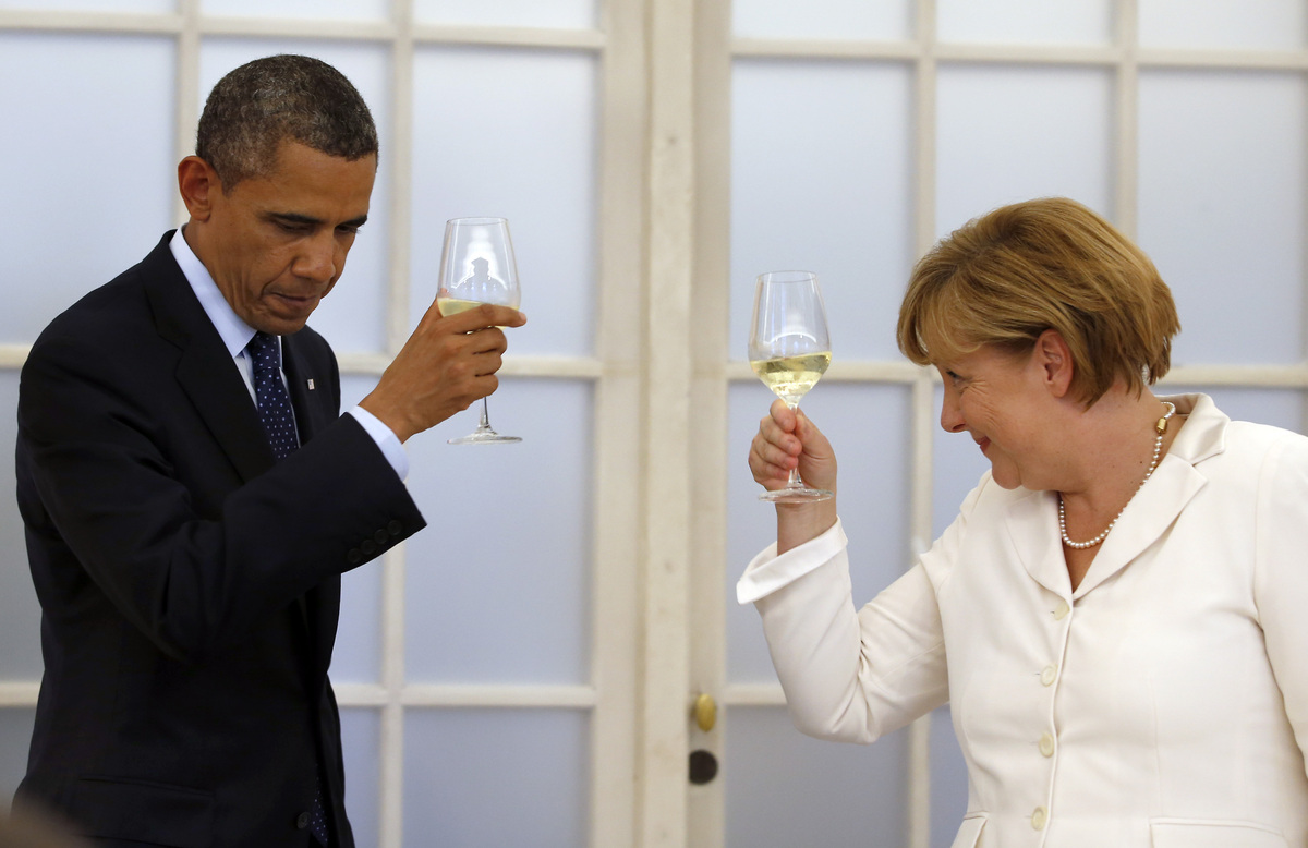 US President Barack Obama and german chancellor Angela Merkel raise their glasses for a toast during a dinner at the Charlott