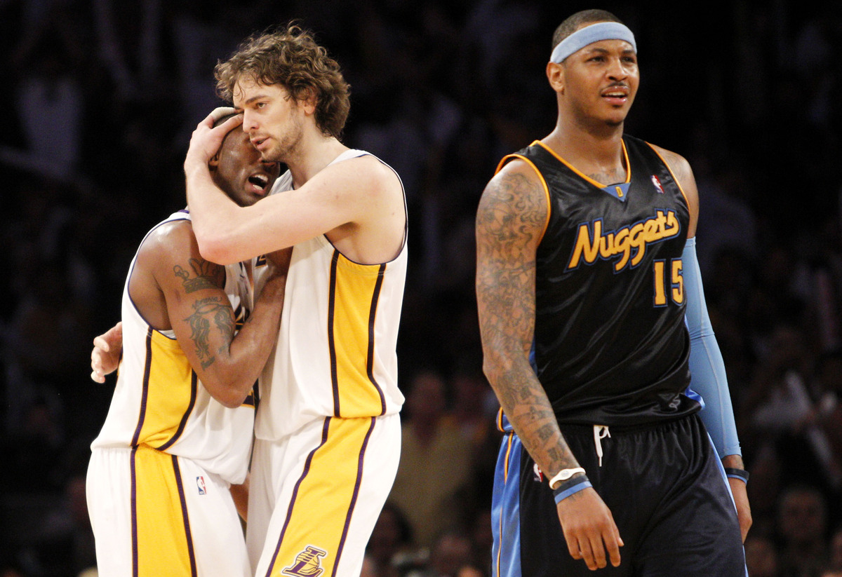 <em>Denver Nuggets' Carmelo Anthony, right, walks off the court after fouling out after an offensive foul as Los Angeles Lake