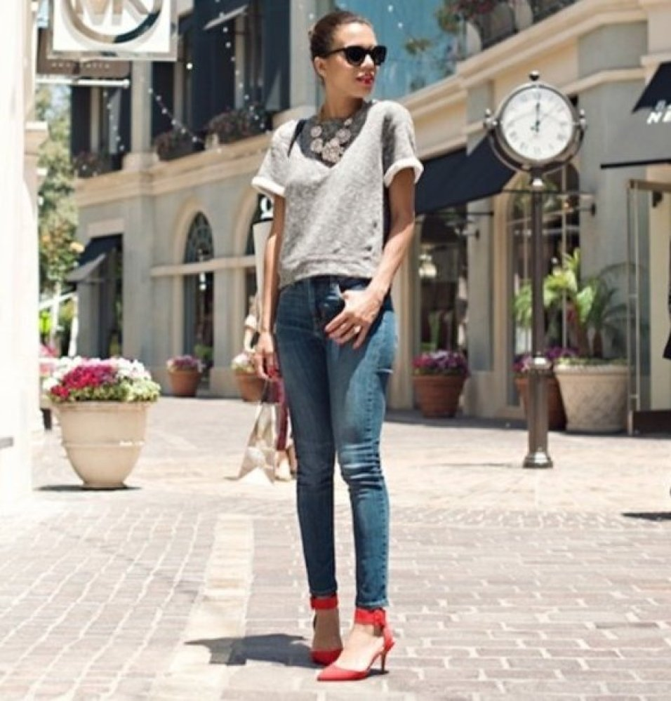 "<a href=""http://pose.com/shop/red-heels"" target=""_hplink"">Red heels</a> add a vibrant pop of color to a simple jeans-and-a-te"