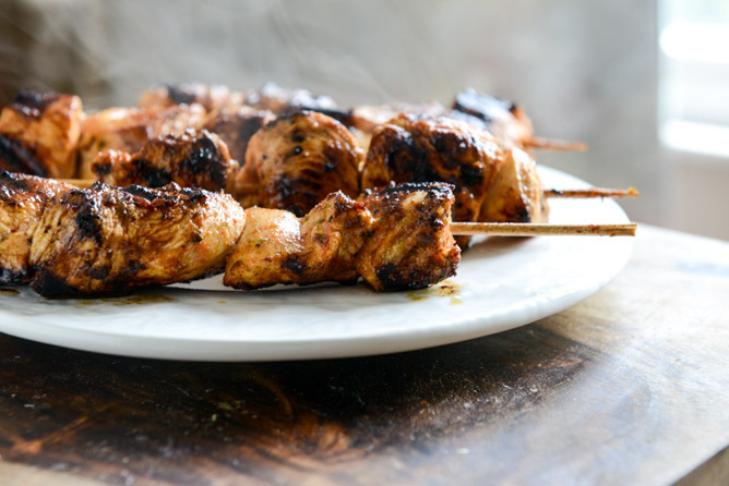"<strong>Get the <a href=""http://www.howsweeteats.com/2013/08/chipotle-lime-grilled-chicken-skewers-with-avocado-ranch/"" targe"