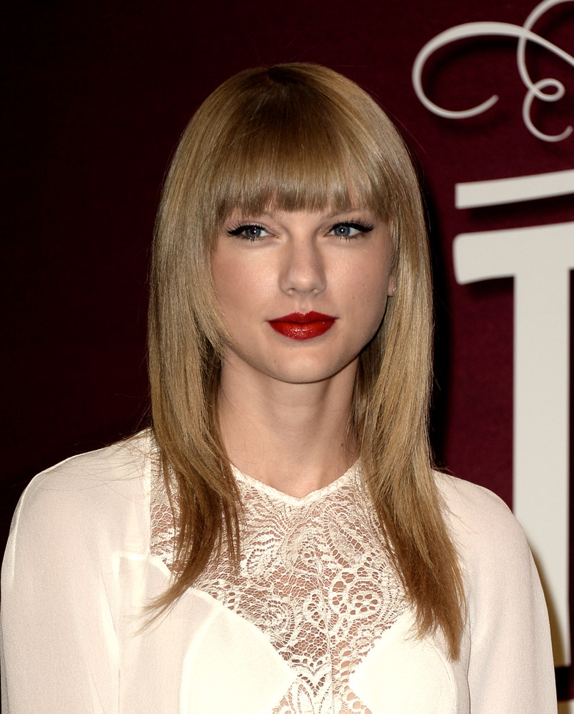 """The """"Everything Has Changed"""" singer knows the beauty formula that works best for her: shiny blonde strands (love the straight"""