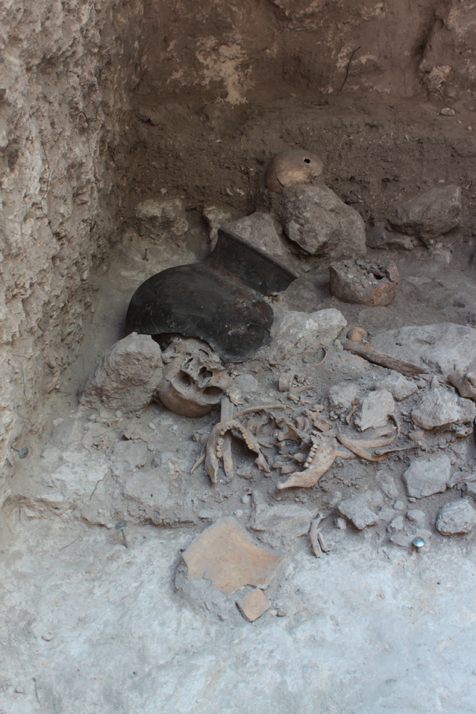 This image shows an excerpt of the mass grave during the excavation process in the late April of 2013. As becomes obvious in