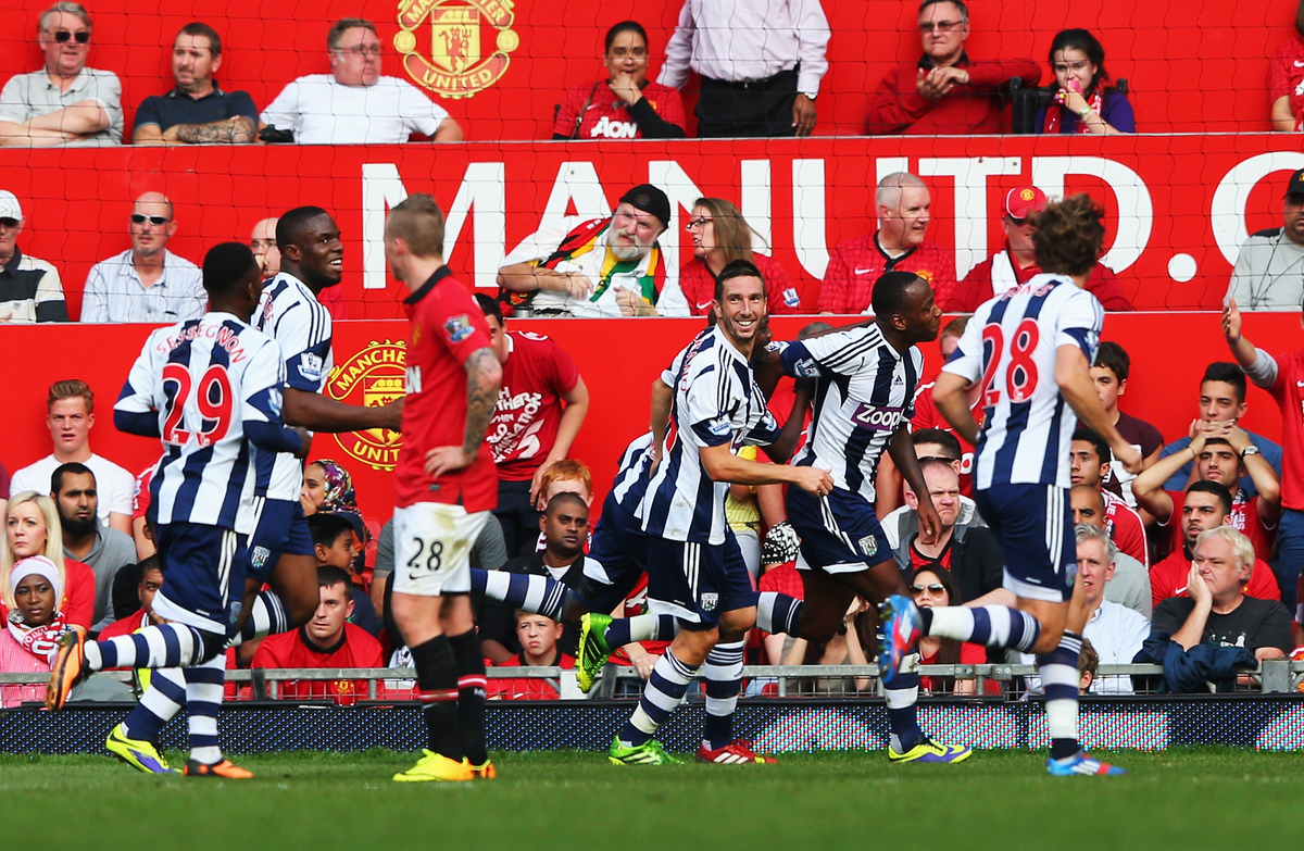 MANCHESTER, ENGLAND - SEPTEMBER 28:  Saido Berahino (2nd right) of West Bromwich Albion celebrates with team mates after scor