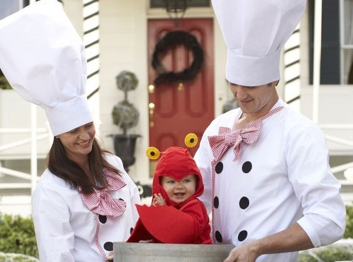 "via <a href=""http://www.potterybarnkids.com/products/chef-family-costume/?pkey=dfamily-halloween-costumes"" target=""_hplink"">P"
