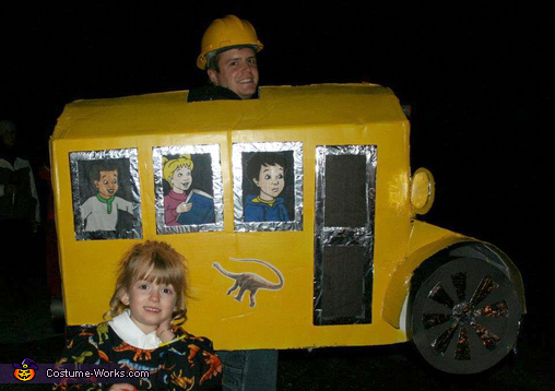 "<a href=""http://www.costume-works.com/costumes_for_families/miss_frizzle_and_magic_school_bus.html"" target=""_blank"">via Costu"
