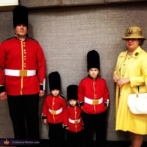 "<a href=""http://www.costume-works.com/costumes_for_families/the_queen_and_her_royal_guards.html"" target=""_blank"">via Costume"