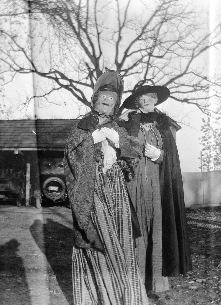 23 vintage halloween photos that will give you nightmares. Black Bedroom Furniture Sets. Home Design Ideas