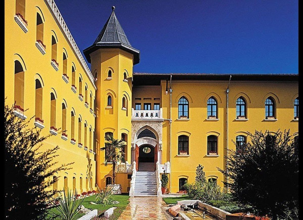 """<strong>EUROPE</strong><a href=""""http://www.cntraveler.com/readers-choice-awards/best-hotels-resorts-world_slideshow_91-Four-S"""