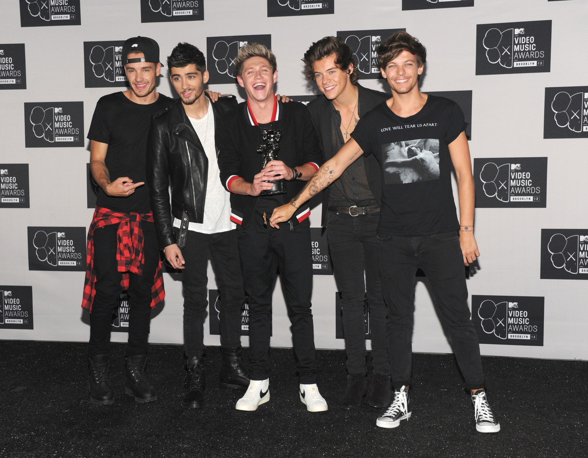 Liam Payne, from left, Zayn Malik, Niall Horan, Harry Styles and Louis Tomlinson of the musical group One Direction poses bac