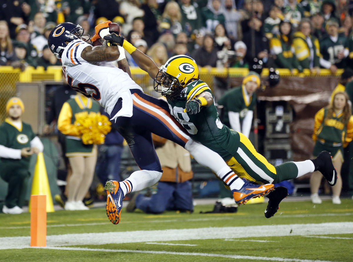 Chicago Bears' Brandon Marshall catches a touchdown pass with Green Bay Packers' Tramon Williams (38) covering during the fir