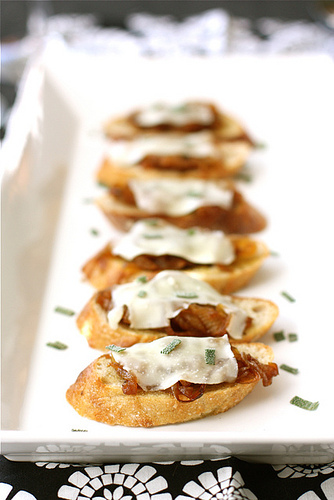 "<strong>Get the <a href=""http://www.cookincanuck.com/2011/10/crostini-with-balsamic-caramelized-onions-melted-cheese-sage-rec"