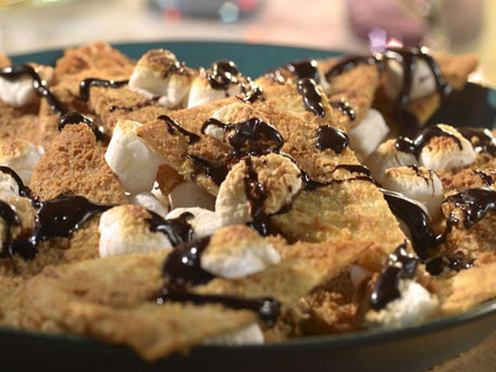 "<strong>Get the <a href=""http://www.huffingtonpost.com/2011/10/27/smores-nachos_n_1052167.html"">S'mores Nachos</a> recipe</st"