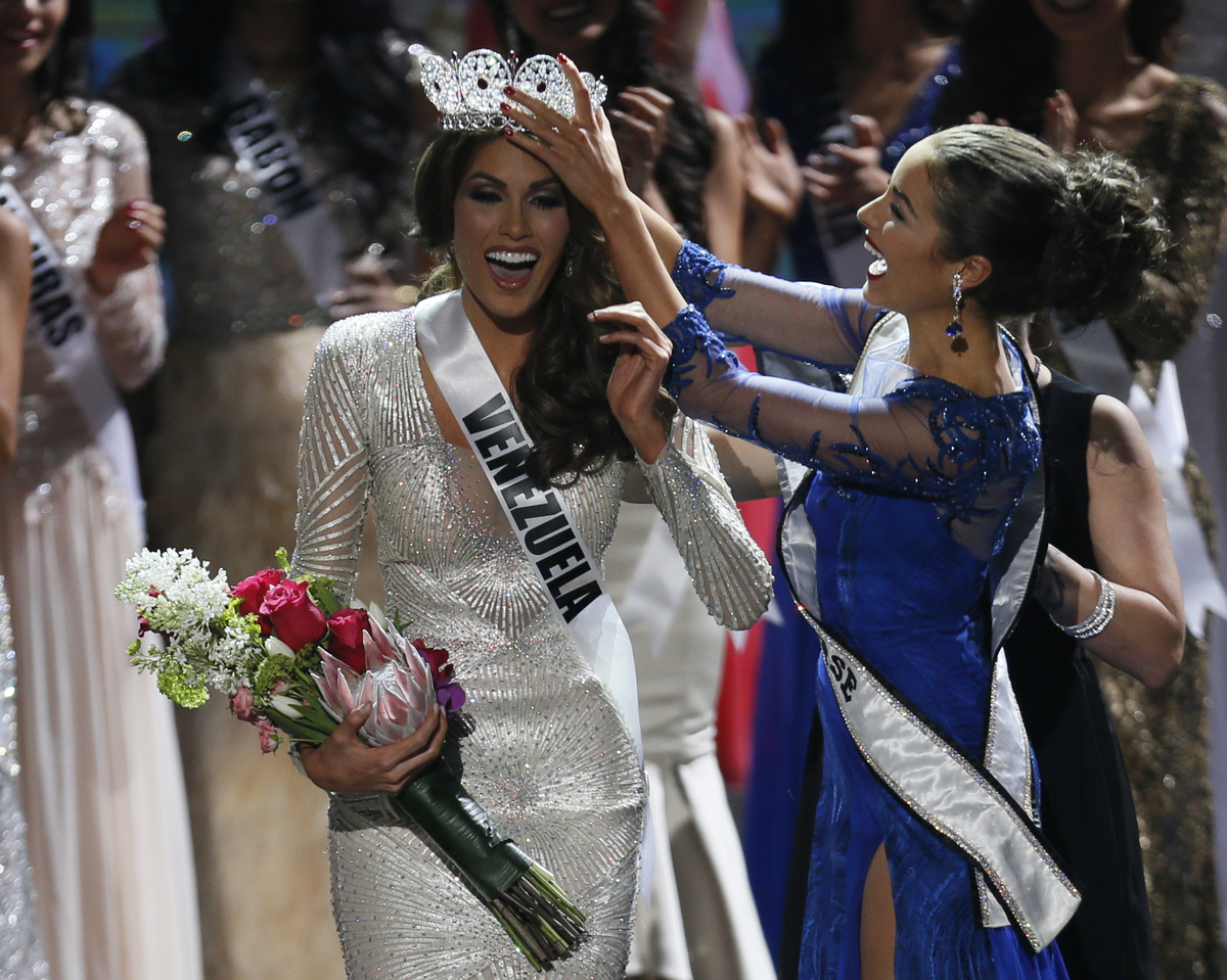 Miss Universe 2012 Olivia Culpo, from the United States, right, places the crown on Miss Venezuela Gabriela Isler during the