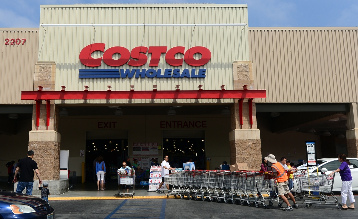 "Costco will <a href=""http://www.couponing101.com/costco-black-friday-ad-2013/"" target=""_blank"">open at 9 a.m.</a> on Black Fr"