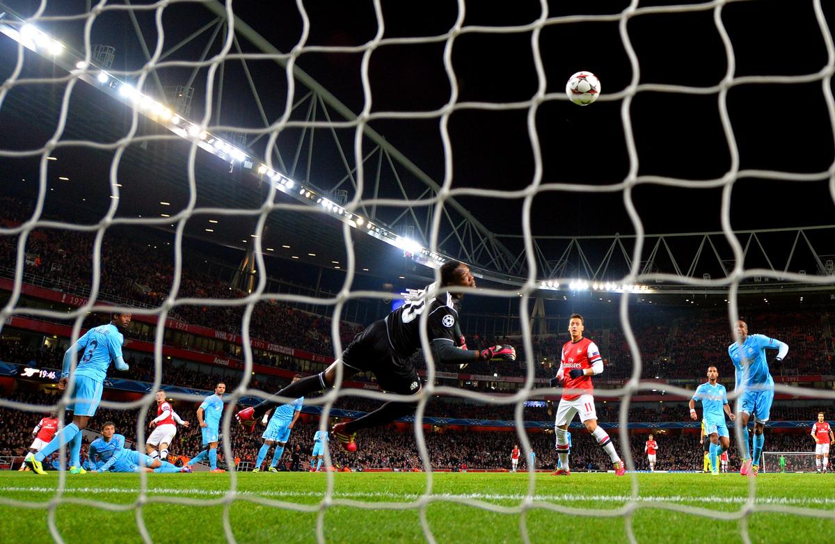 LONDON, ENGLAND - NOVEMBER 26:  Steve Mandanda of Marseille fails to stop Jack Wilshere of Arsenal score the opening goal dur