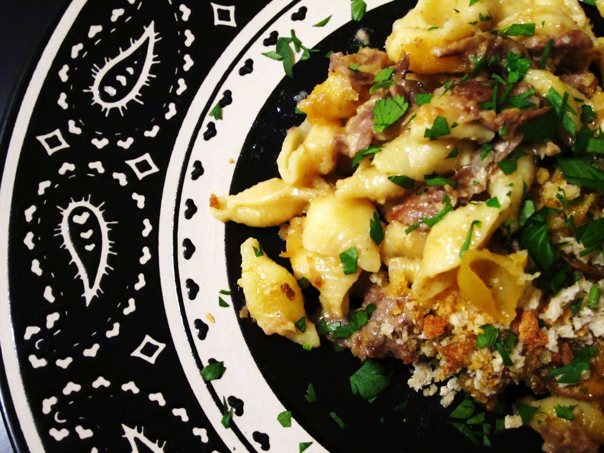 """<strong>Get the <a href=""""http://onceuponasmallbostonkitchen.blogspot.com/2011/02/philly-cheesesteak-macaroni-and-cheese.html"""""""