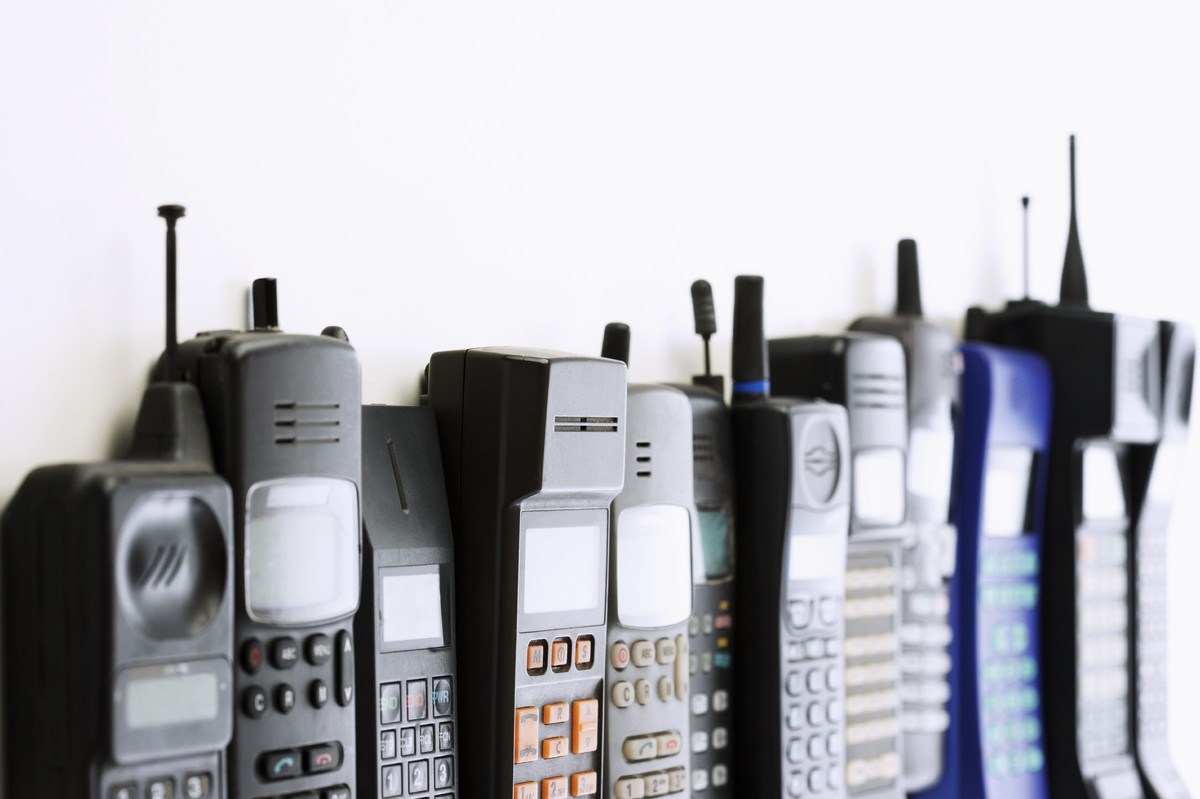 <font>The first cell phones cost $3,000 each and had a battery life of about 20 minutes.</font>