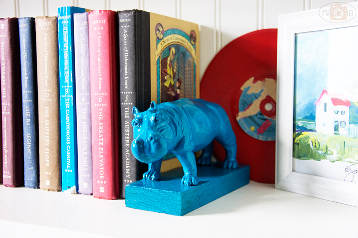 """Brighten up a bookshelf with these fun and <a href=""""http://www.huffingtonpost.com/2012/12/12/homemade-gift-ideas-animal-booke"""