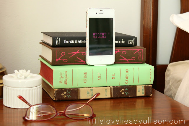 """A <a href=""""http://www.huffingtonpost.com/2012/12/05/homemade-gift-ideas-iphone-dock_n_2246125.html"""">decorative way</a> to hol"""