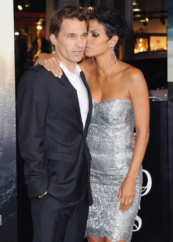 Awkward Celebrity Kisses That Will Get You Ready For Your ...