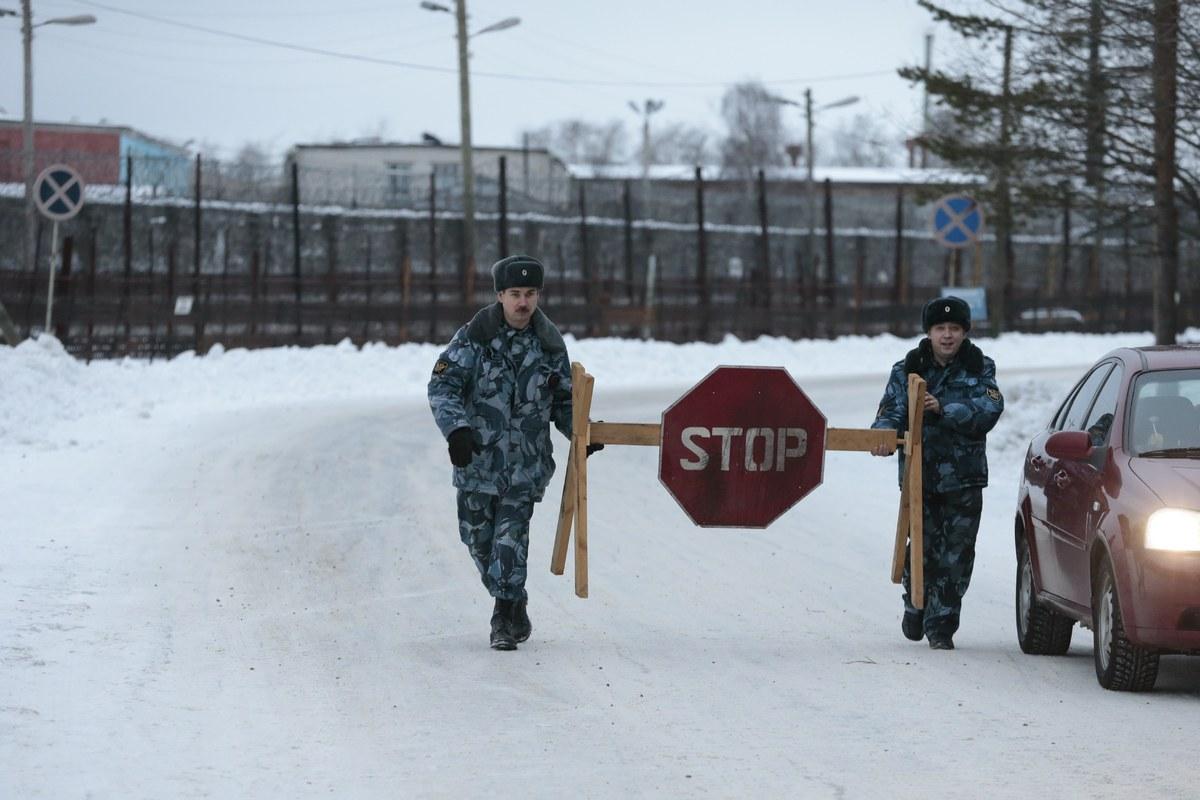 Prison service officers block the road at the prison where Mikhail Khodorkovsky was kept in Segezha, near Petrozavodsk, Russi