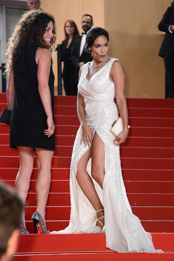 idina menzel handles her onstage wardrobe malfunction like a boss