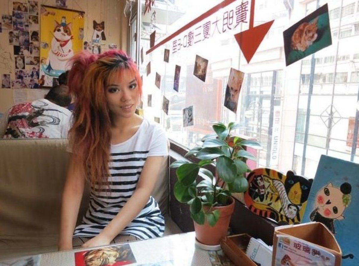 "TV host <a href=""http://www.lacarmina.com/pirates"" target=""_hplink"">La Carmina</a> visits Hong Kong's popular Ah-Meow cat caf"