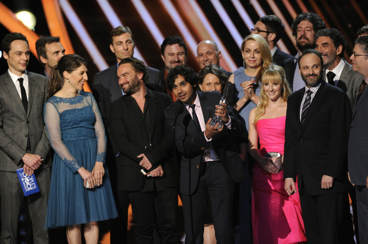 """The cast and crew of """"The Big Bang Theory"""" accepts the award for favorite network TV comedy at the 40th annual People's Choic"""