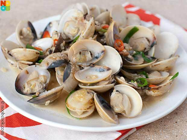 "<strong>Get the <a href=""http://www.noobcook.com/chinese-steamed-clams/"" target=""_blank"">Chinese-Style Clams recipe from Noob"