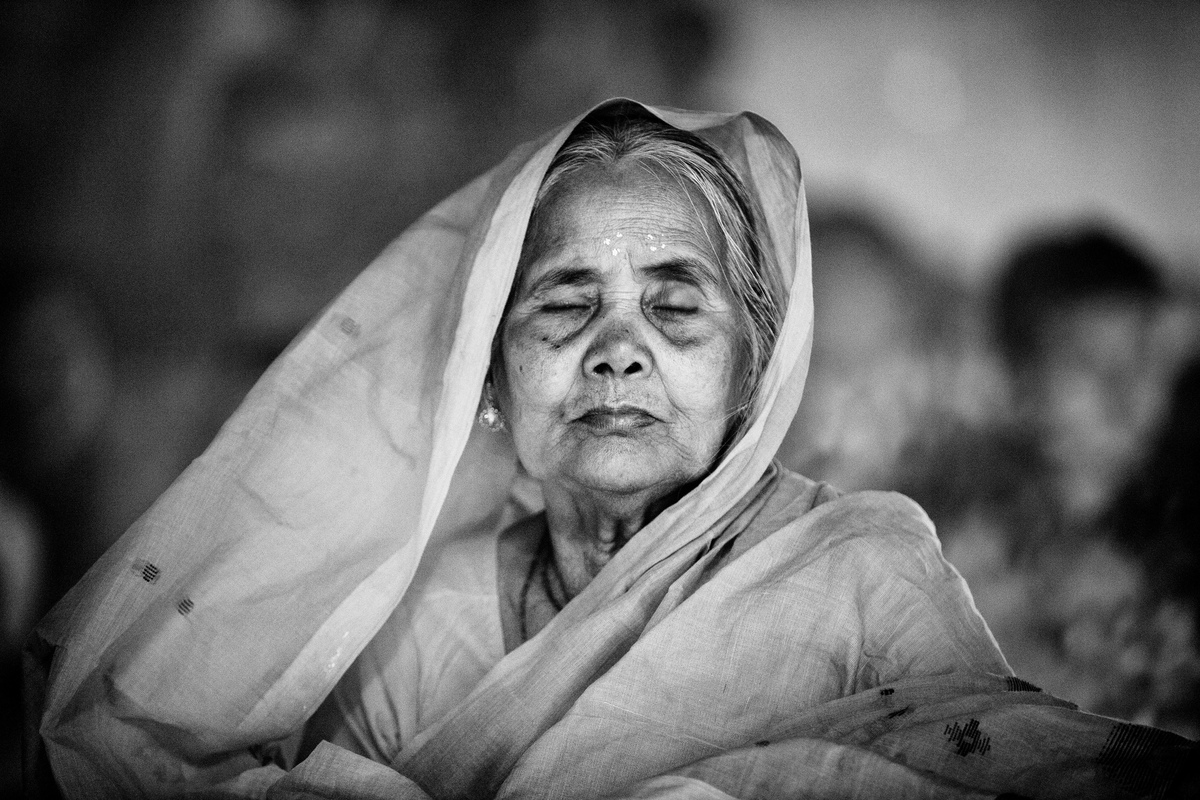 """<strong>Bangladesh - Shortlist Arts & Culture Professional Competition: </strong> """"An old Hindu woman sits with lights (Prodi"""