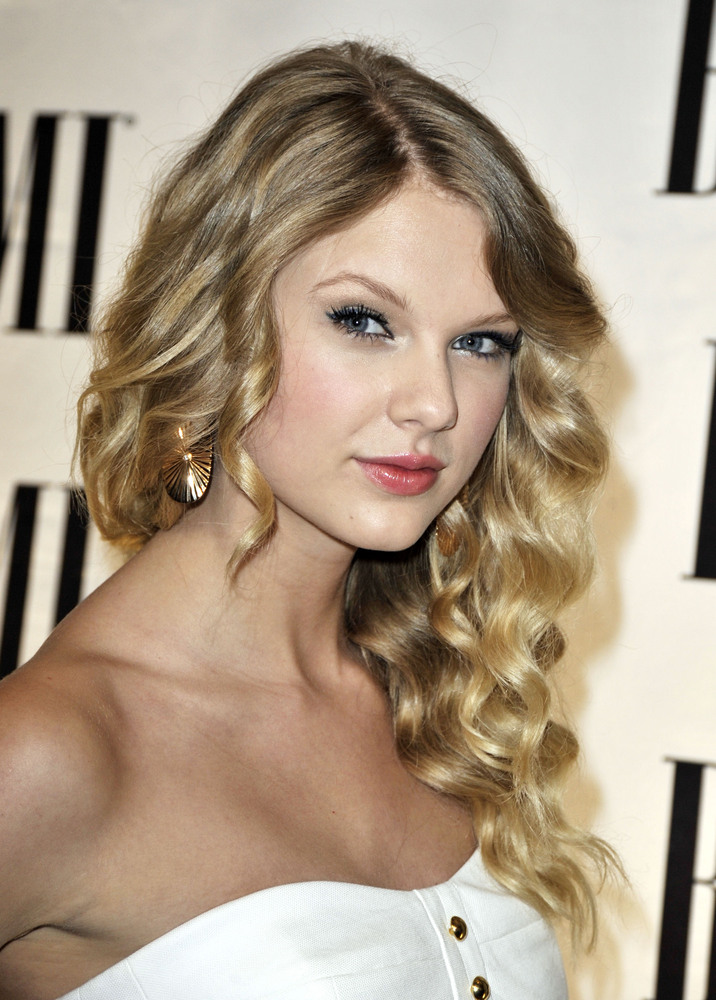 But despite trying a shorter 'do, Taylor reverted back to her roots.