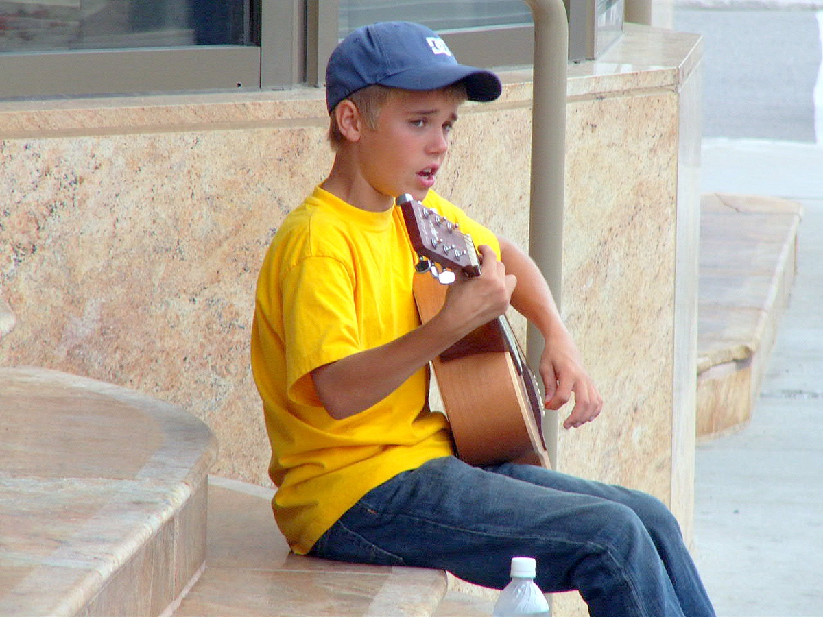 Justin Bieber performs on the street August 20, 2007 in Stratford, Canada. (Photo by Irving Shuter/Getty Images)