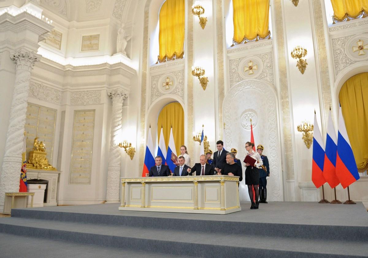 Russia's President Vladimir Putin (2nd R), Crimean Prime Minister Sergei Aksyonov (L), Crimean parliament speaker Vladimir Ko