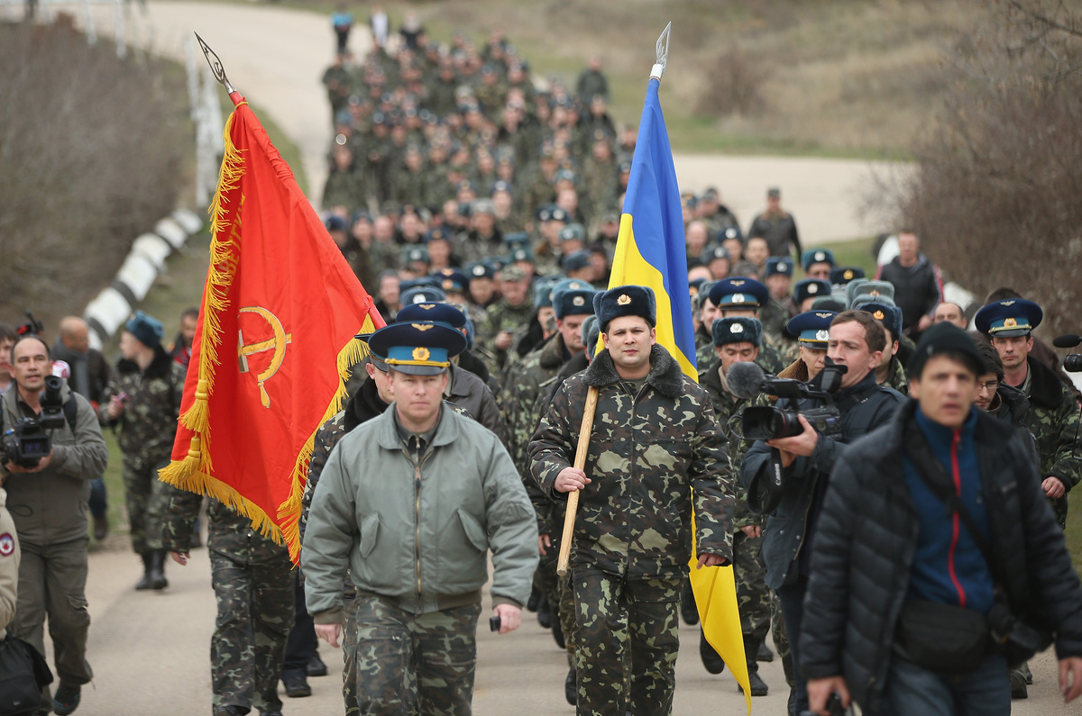 LUBIMOVKA, UKRAINE - MARCH 04:  Colonel Yuli Mamchor (L), commander of the Ukrainian military garrison at the Belbek airbase,