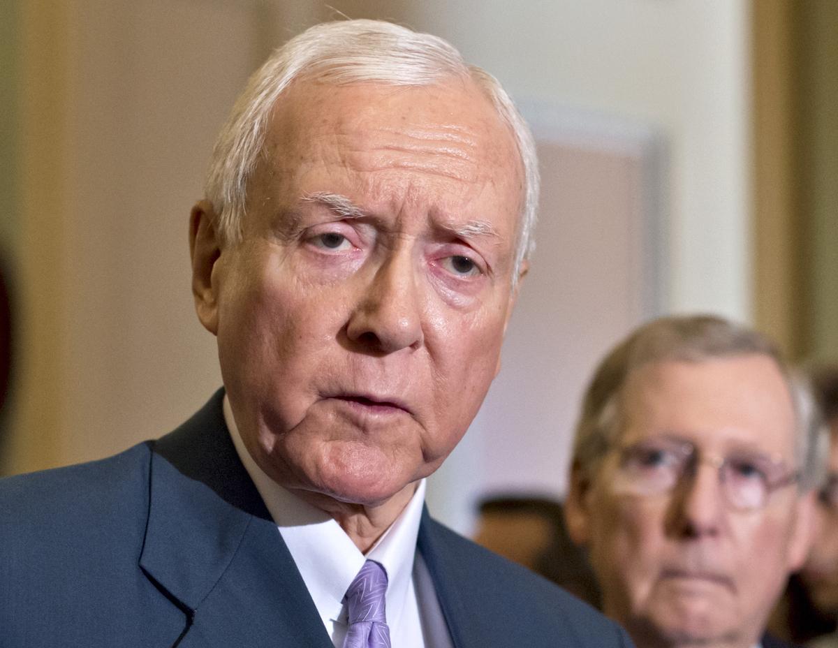 Fotografía de archivo del 30 de julio de 2013 del senador Orrin Hatch, republicano por Utah (izquierda), acompañado del líder