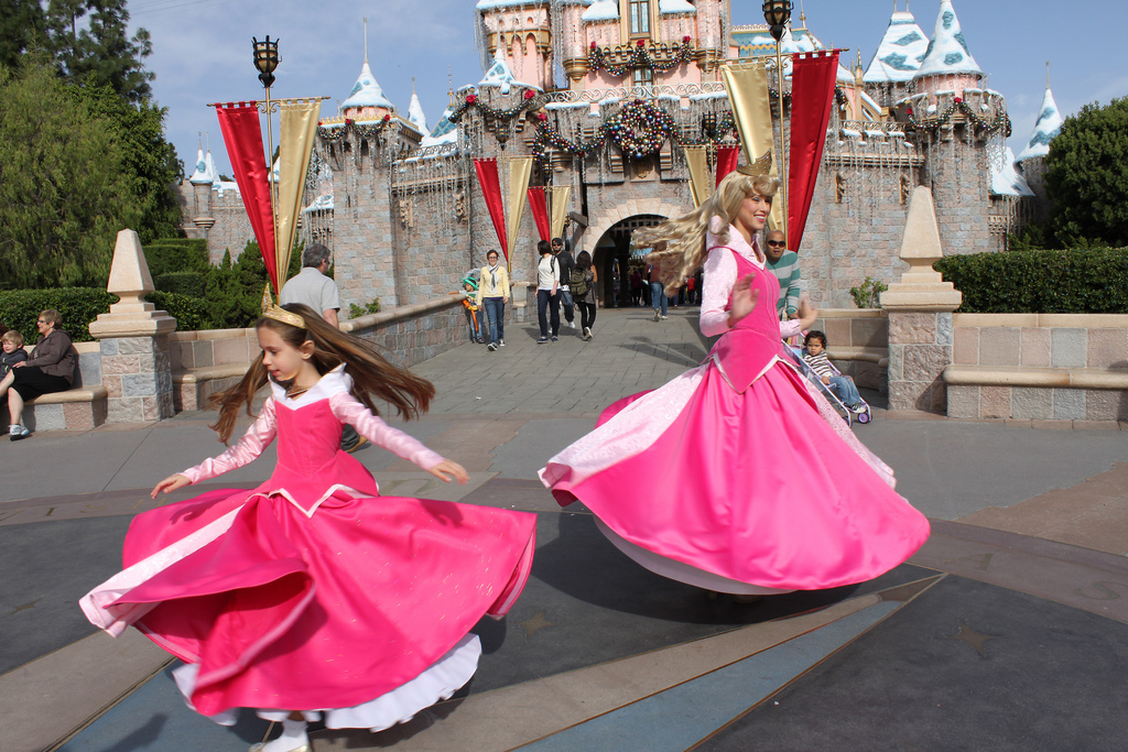 Little Girl Wows Disneyland Princesses With Her Homemade Versions Of Their Costumes | HuffPost  sc 1 st  HuffPost & Little Girl Wows Disneyland Princesses With Her Homemade Versions Of ...