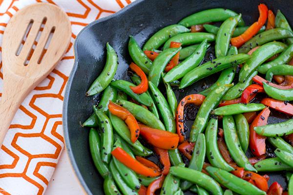 "<strong>Get the <a href=""http://ohmyveggies.com/recipe-sriracha-snap-peas-with-red-pepper/?utm_source=feedburner&utm_medium=f"
