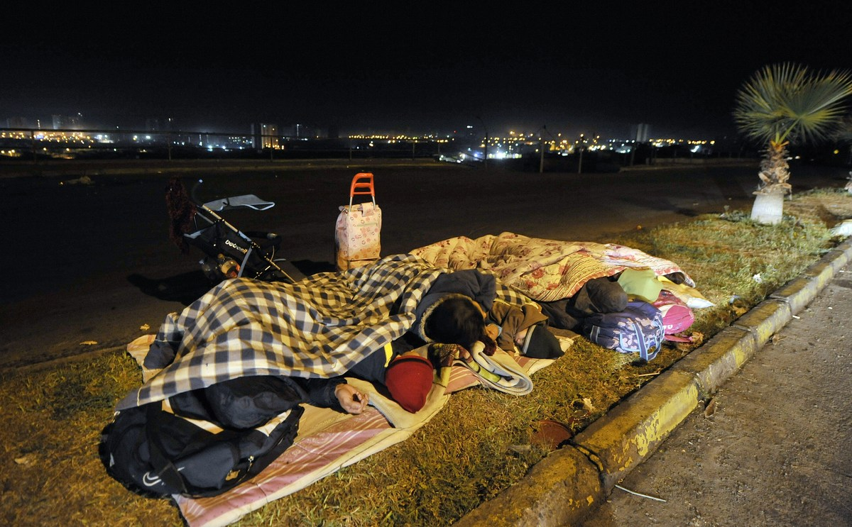 Residents camp out near Iquique, 1,950 km north of Santiago, on April 3, 2014. A powerful offshore earthquake measuring 7.6 r