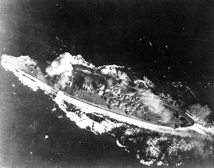 爆撃を受ける戦艦大和