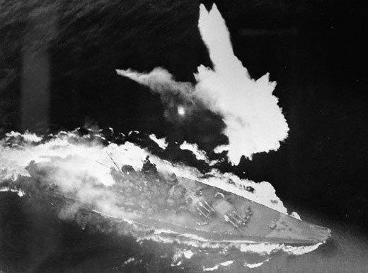 戦艦大和のすれすれに爆弾が落ちた瞬間