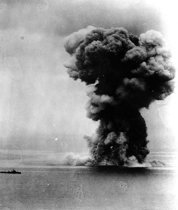 沈没前に爆発を起こす戦艦大和