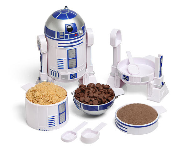 """These R2-D2 measuring cups from <a href=""""http://www.thinkgeek.com/product/11be/"""" target=""""_blank"""">ThinkGeek.com</a> would make"""