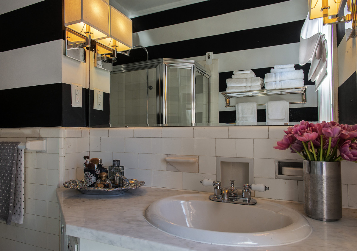 How To Make A Small Bathroom Look Bigger Using Clever Decor Tricks |  HuffPost