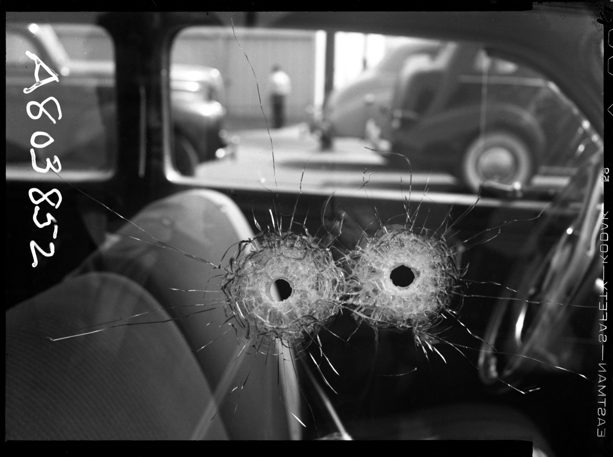 자동차 창문을 뚫은 2개의 총알 Date: 10/10/1942