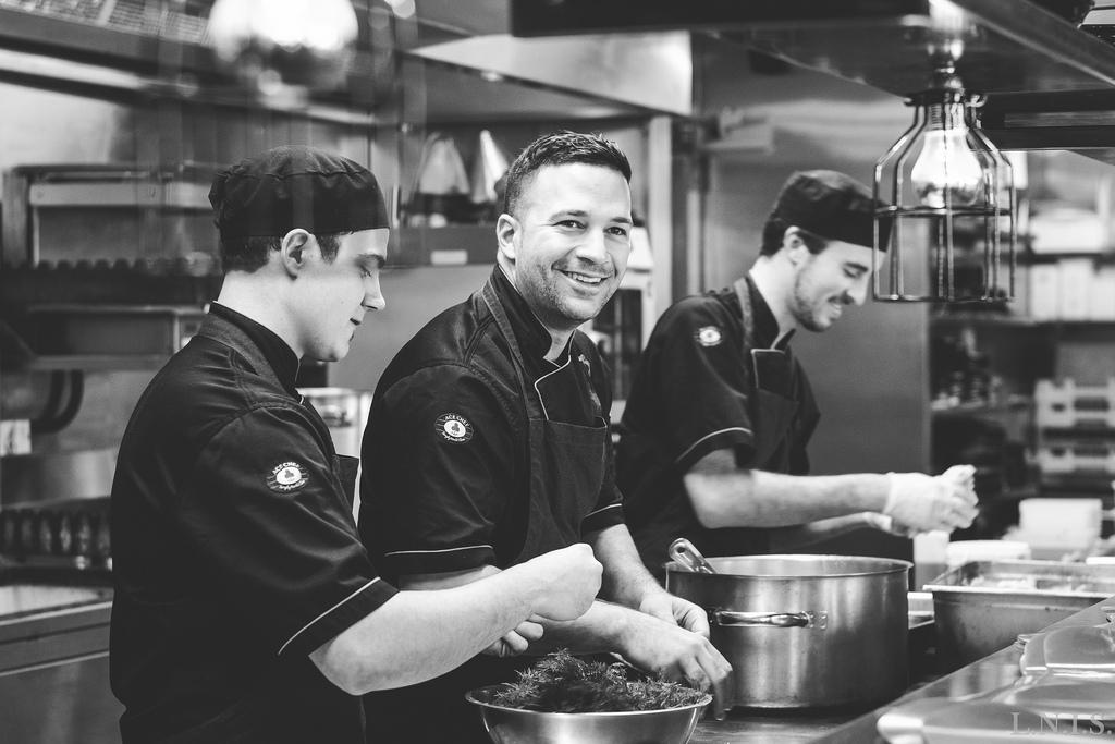 """食品業界で働くなら、食品業界に友達を作ることだ。彼らは時々あなたのために<a href=""""http://eater.com/archives/2014/04/09/27-international-chefs-surprised-wylie-dufr"""