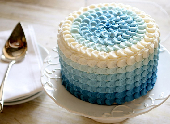 "<strong>Get the <a href=""http://www.thehungryhousewife.com/2012/04/blue-ombre-petal-cake-tutorial.html"">Blue Ombre Petal Cake"
